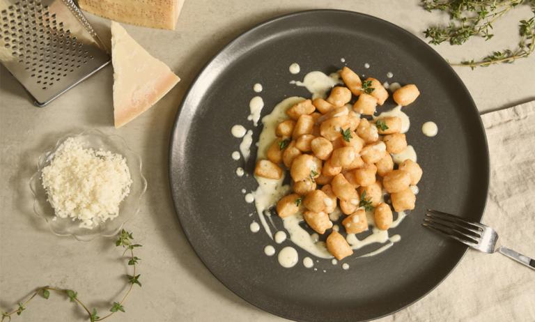 Τηγανητά νιόκι με σάλτσα παρμεζάνας